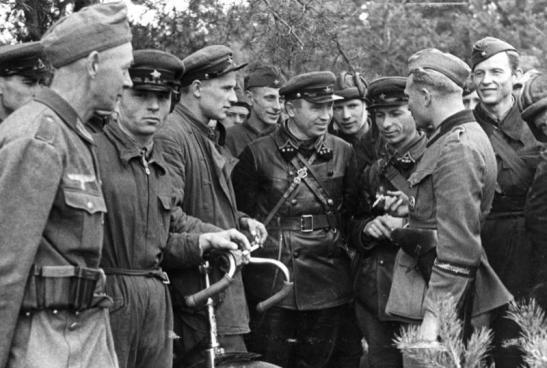 ... nazistas e soviéticas confraternizam em Brest Litovsk, Polônia, 1939