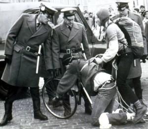 Milicja maltretuje rowarzyste 1981