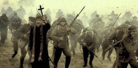 Kapelan Skorupko z krzyzem w reku