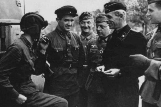 russian-german-soldiers-enjoying-a-conversation