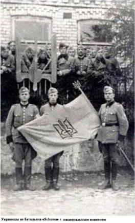 Ukrainscy SS-mani z choragwia